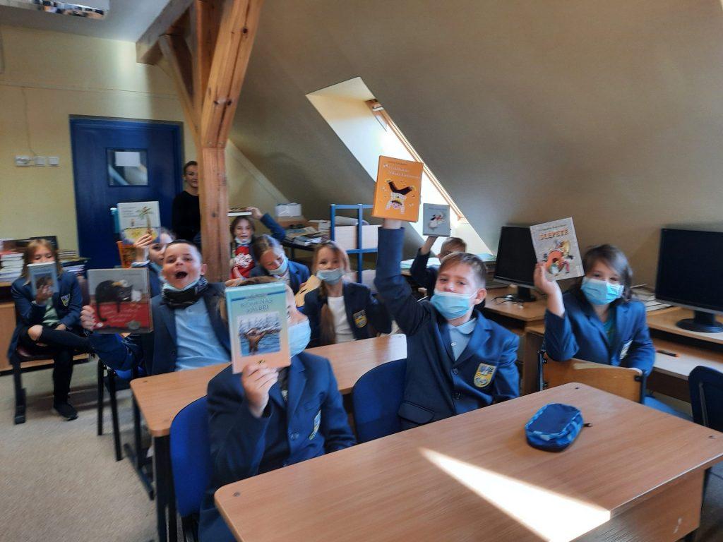 Penktokai gavo po knygą